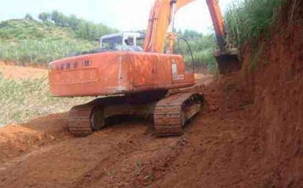 挖掘机修路